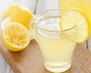 Eau citronnée tiède