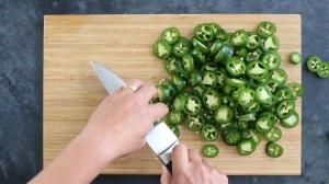 Couper les piments en rondelles
