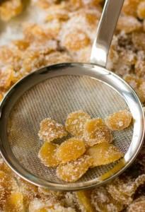Préparation des bonbons de gingembre confit