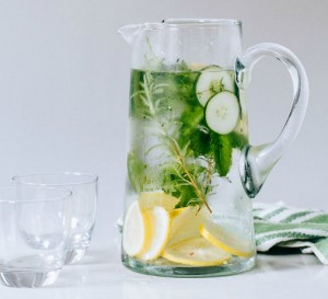 Eau aromatique aux herbes et citron